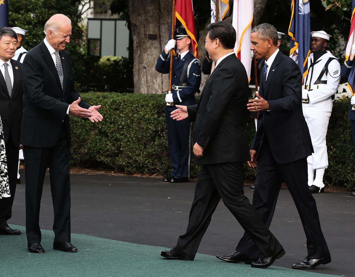 《大紀元》調查發現,美國總統候選人拜登在過去30年中,對中共的態度發生了明顯轉變。圖為2015年9月,習近平訪問美國首都華盛頓,時任美國總統奧巴馬和副總統拜登在歡迎習近平。(Mark Wilson/Getty Images)