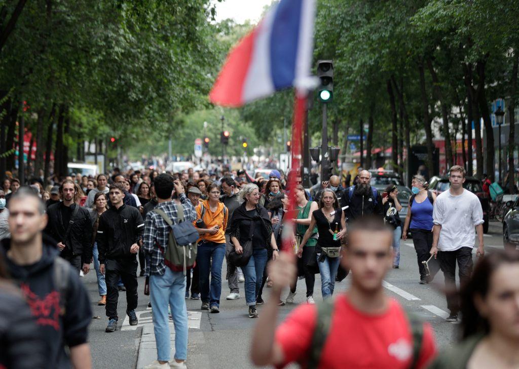 7月14日,法國巴黎和其它地區爆發了反抗強制接種疫苗的活動。(GEOFFROY VAN DER HASSELT/AFP via Getty Images)