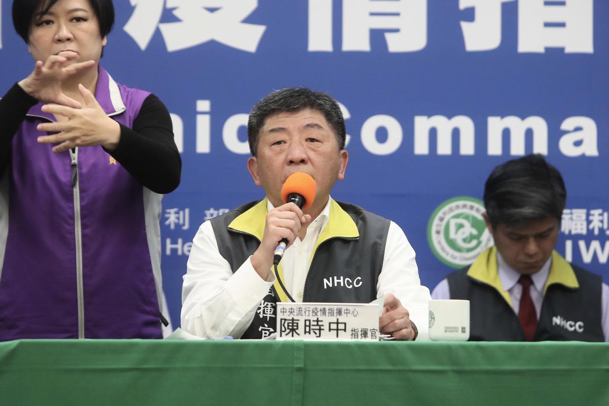中央流行疫情指揮中心指揮官陳時中(中)2020年3月16日下午在記者會宣佈,台灣新增8例中共病毒(俗稱武漢病毒、新冠病毒)疾病確診,再創單日新高。(中央社)