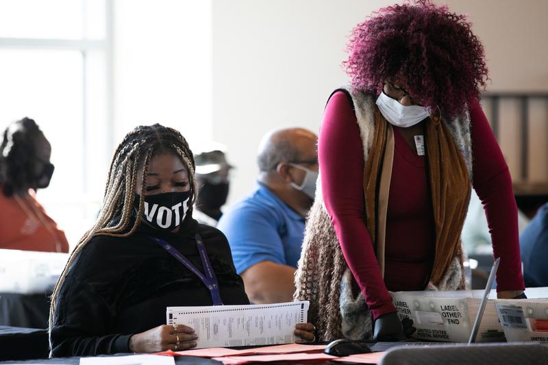 2020年11月6日,佐治亞州亞特蘭大,州立農業體育場內的選務人員正在進行計票工作。(Jessica McGowan/Getty Images)