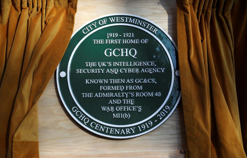 英國政府通訊總局(GCHQ)的國家網絡安全中心警告英國的大學,當心他們的科研和電腦系統成為中共間諜的目標。圖為GCHQ標誌。(Hannah McKay–WPA Pool/Getty Images)
