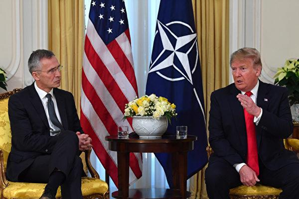 1月8日,特朗普與北約秘書長斯托爾滕貝格就中東局勢進行了電話討論。圖為2019年12月,特朗普在北約峰會期間與斯托爾滕貝格會面。(Nicholas Kamm / AFP)