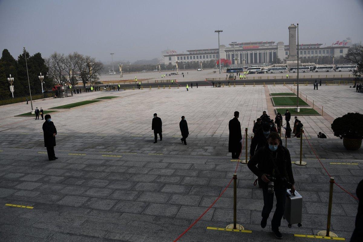 3月4日中共兩會首日,北京出現重度陰霾天氣。圖為3月4日北京人民大會堂的陰霾情況。(LEO RAMIREZ/AFP via Getty Images)