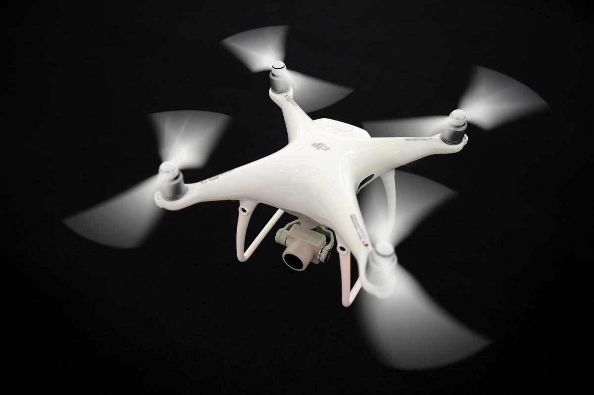 繼美國政府禁止政府機構和軍方購買中國華為和中興產品後,美國國會議員以國家安全為由,計劃禁止軍方購買中國製造無人機。圖為大疆製造的無人機。(AFP)