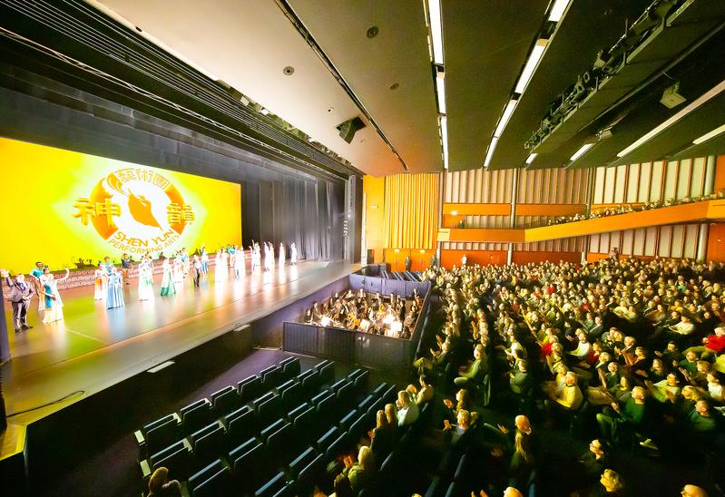 2020年2月2日晚,美國神韻巡迴藝術團在荷蘭首都阿姆斯特丹RAI劇院的第三場演出在觀眾熱烈的掌聲中圓滿落幕。(Simon/大紀元)