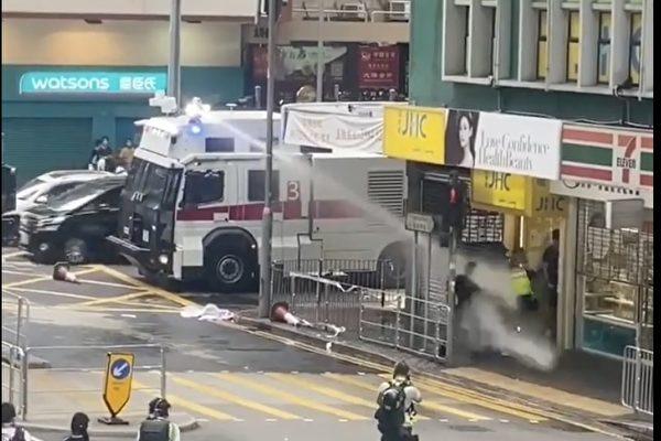 7月1日下午近5時,港警對著一群記者近距離發射水泡,一名記者應聲而倒。(影片截圖)