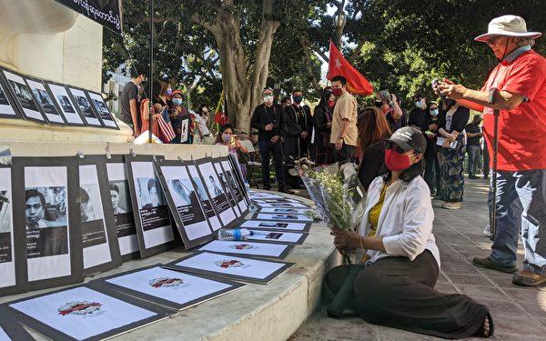 民眾為逝去的受害者獻上鮮花致意。(徐繡惠/大紀元)
