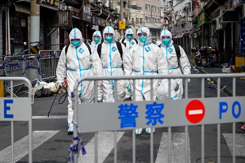 因上海黃浦地區有居民染上中共病毒,立即就被轉移了。1月27日在封鎖區域裏,只有身穿防護服的衛生人員在此為該區域工作。(STR/AFP via Getty Images)
