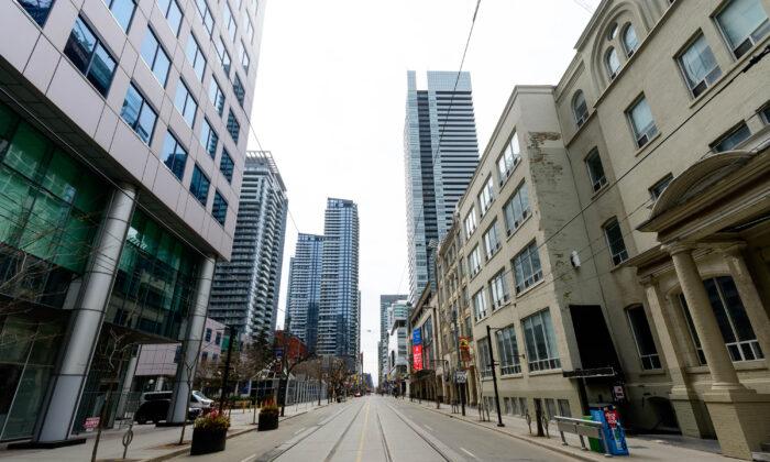 2020年4月23日,加拿大多倫多的國王西街(King Street West),該街是加拿大最大城市多倫多的一條主要的商業街和娛樂區,因中共肺炎的疫情受重創。(Emma McIntyre/Getty Images)