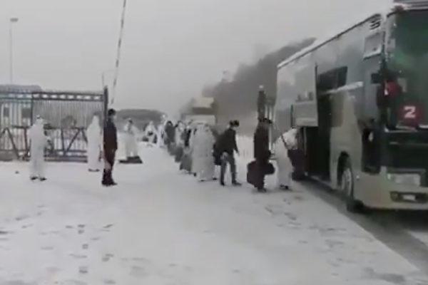 近期,有越來越多的中共肺炎華人感染者從俄羅斯進入黑龍江省中俄邊境的綏芬河口岸。綏芬河市所有小區從4月8日一早實行封閉管理。當地居民表示已有些恐慌。圖為在俄羅斯的數十名中國公民回國。(影片截圖)