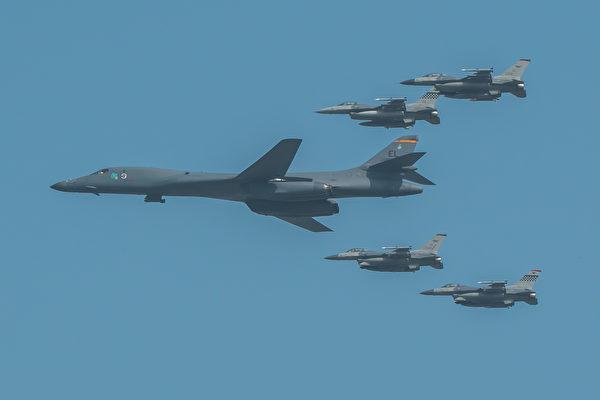 美軍B-1B槍騎兵戰略轟炸機及護航的F-16戰鬥機。(USAF/Wikimedia commons)