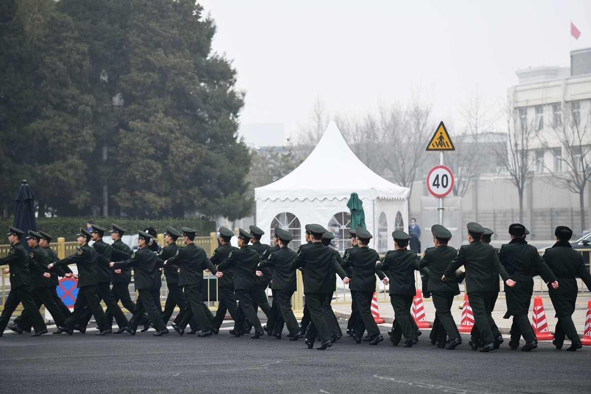 中共兩會前夕,北京市又現陰霾天。圖為2021年3月3日北京天安門巡邏及陰霾天狀況。(GREG BAKER/AFP via Getty Images)
