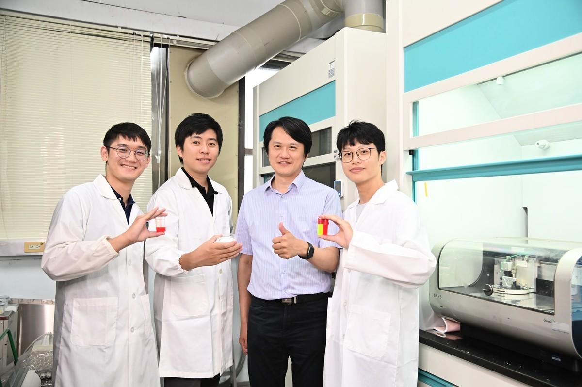 清華大學材料系研究團隊以鹽水為量子點「包膜」,取得量子點噴墨列印技術重大突破。(左起:清華大學材料所碩士生鍾念廷、博士何士融、教授陳學仕、碩士生莊宜龍。)(清華大學提供)