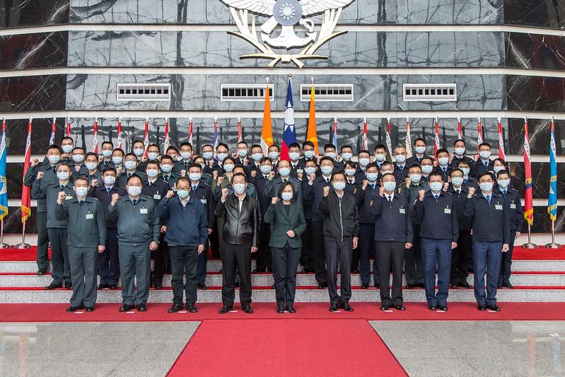 中華民國總統蔡英文2021年2月2日前往國防部勗勉「情次室聯合情研中心」,並和中心同仁合照。(台灣總統府提供)