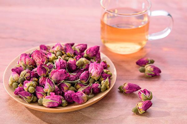 喝玫瑰花茶可舒緩壓力、養顏抗老等功效,若與不同食材搭配,能有不同的效果。(Shutterstock)