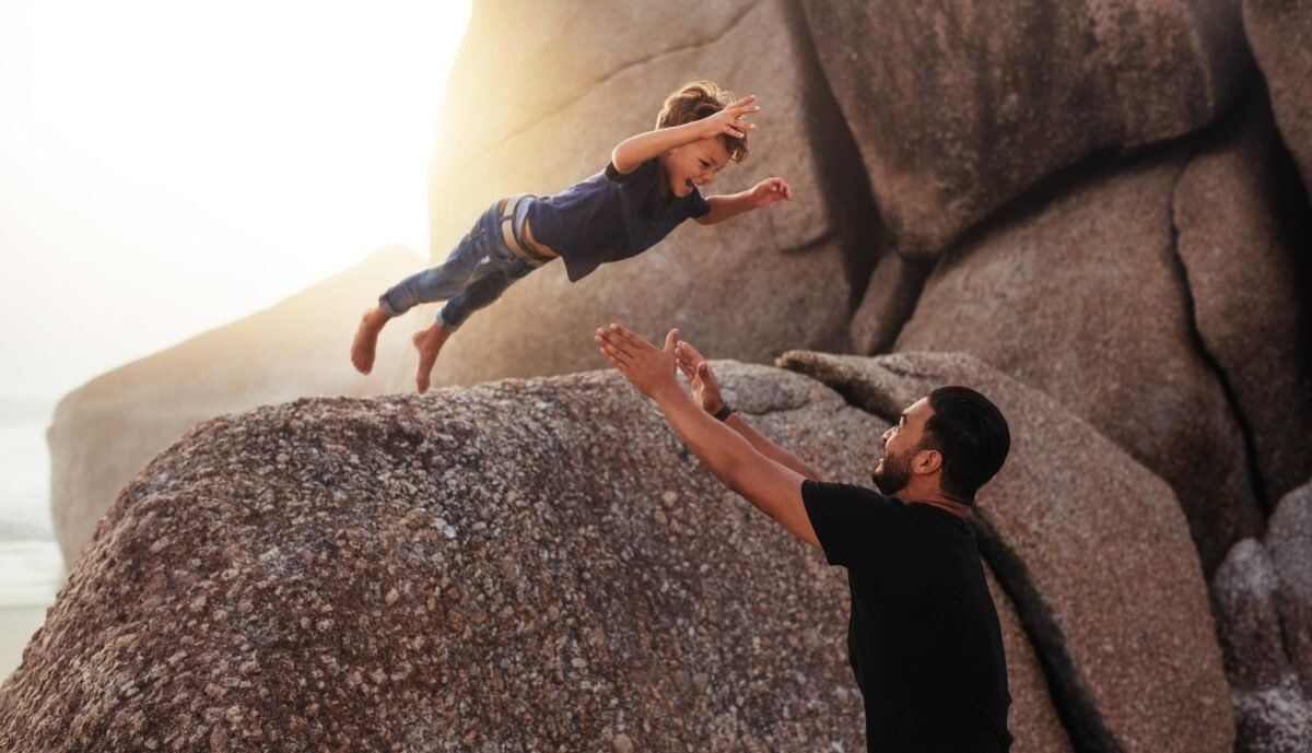 當我們在孩提時代,生活中處處依賴別人時,就開始學會信任了。(Shutterstock)