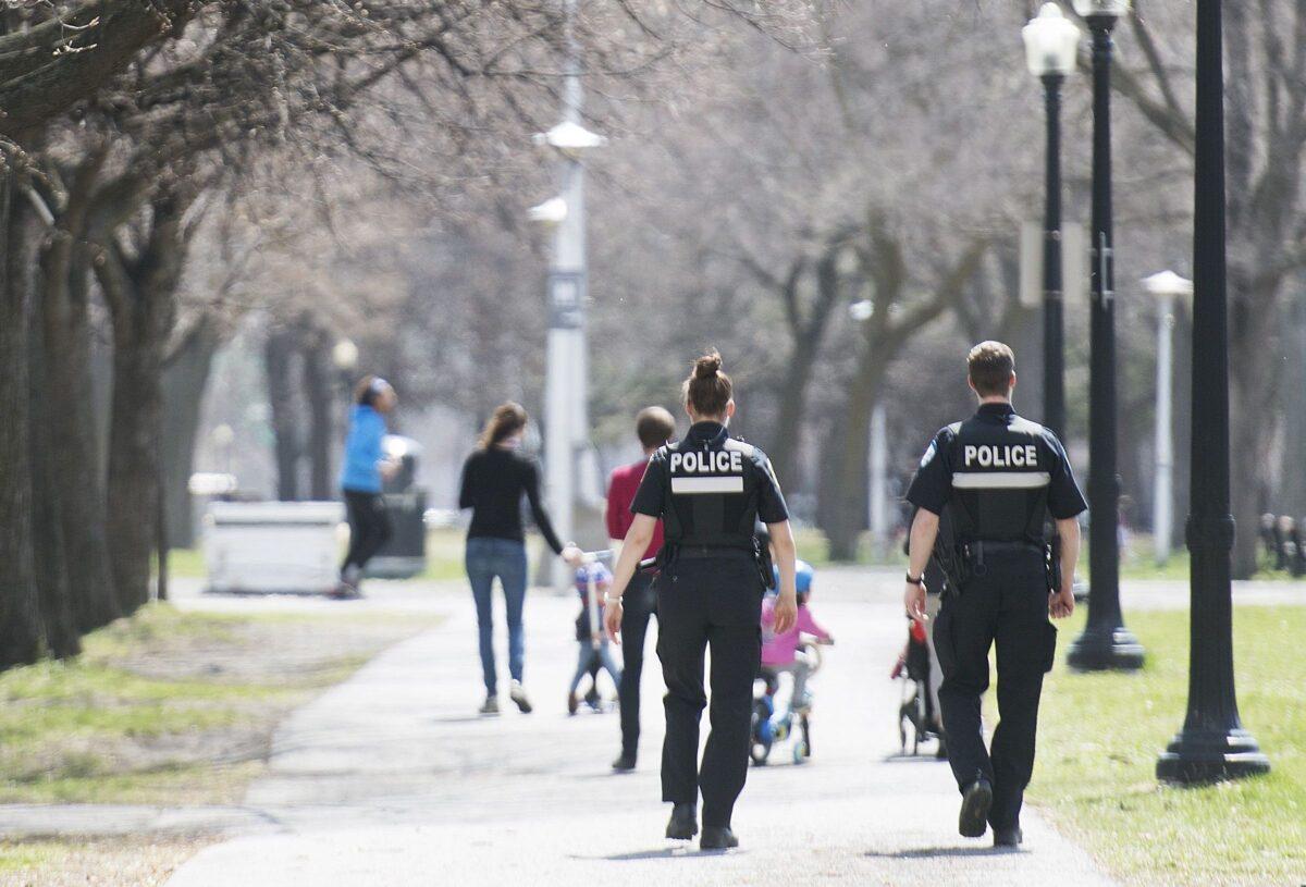 2020年5月3日,隨著中共肺炎(俗稱武漢肺炎、新冠肺炎)持續大流行,警察在滿地可的一個城市公園巡邏。(Graham Hughes/The Canadian Press)