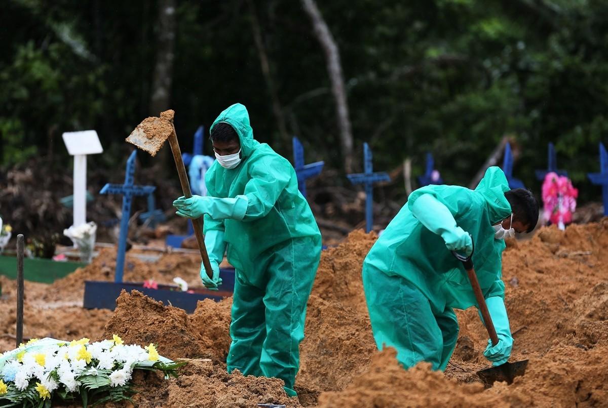 2020年5月6日,巴西亞馬遜州馬瑙斯,Nossa Senhora公墓工作人員為中共病毒的受害者和疑似受害者挖墓。(MICHAEL DANTAS/AFP via Getty Images)