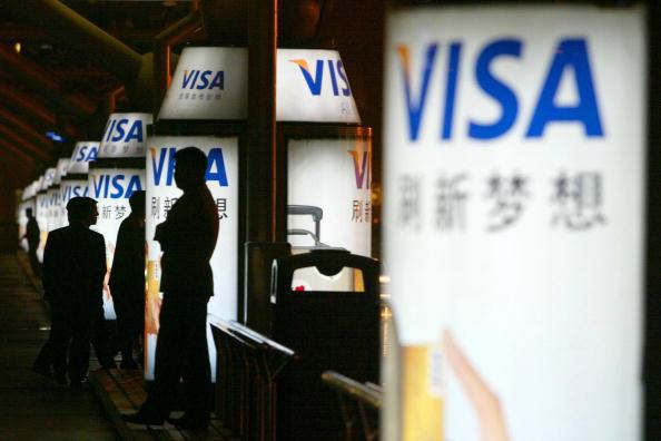 圖為北京街頭2006年的VISA信用卡廣告,但到2019年1月,VISA仍未進入被銀聯壟斷的中國信用卡市場。(China Photos/Getty Images)