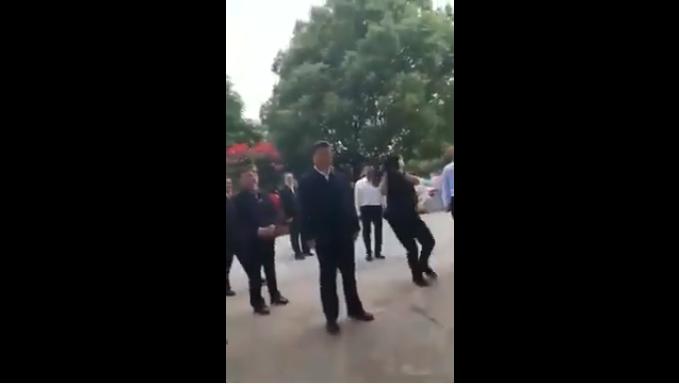 習近平在河南考察時,與群眾的一段對話被指尷尬。(影片截圖)