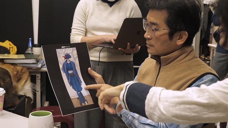 《台灣三部曲》導演魏德聖確認服裝資料。(米倉影業提供)