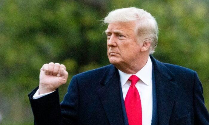 2020年12月5日,特朗普總統在白宮南草坪上離去時舉起拳頭。 (Al Drago/Getty Images)