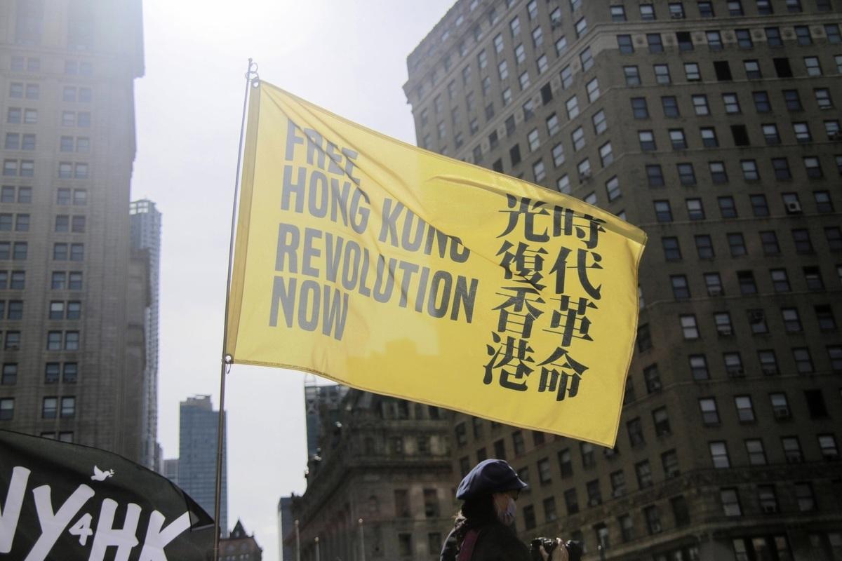 2021年3月27日,來自香港、緬甸、泰國、台灣等地的民間組織,在紐約發起名為「奶茶聯盟抗威權」的遊行活動。圖為支持香港民主運動的旗幟。(黃小堂/大紀元)