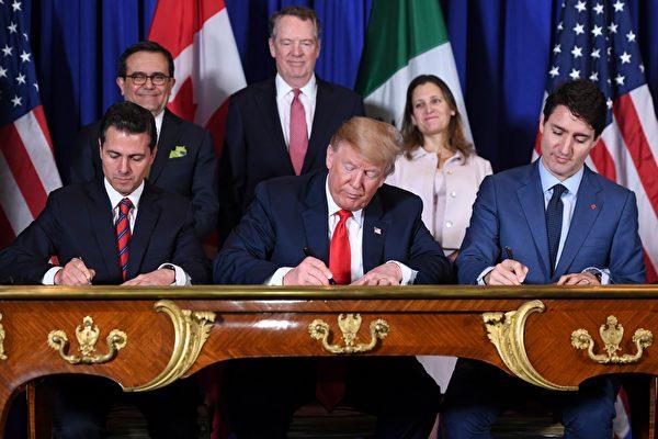 美國、墨西哥和加拿大所達成的USMCA協定被視為是美國未來與其它國家簽署貿易協議的模板。圖為三國元首在2018年11月30日簽署首個版本USMCA。(SAUL LOEB/AFP/Getty Images)