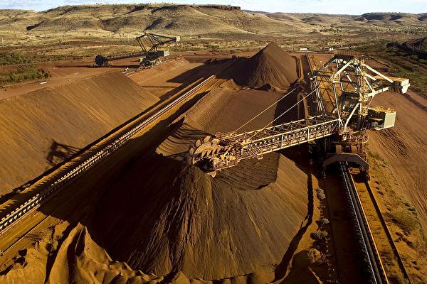 中共近期暫停進口部份澳洲牛肉,並加徵澳洲大麥高額關稅,以報復澳洲提出的中共病毒(俗稱武漢病毒、新冠病毒)起源調查。但分析人士稱,鑒於諸多因素,中共很難停止進口澳洲的鐵礦石。圖為西澳Pilbara地區一台取料機正在裝載鐵礦石。(Christian Sprogoe/AFP via Getty)