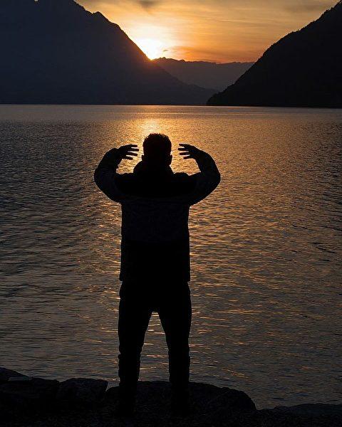 瑞士水暖系統技師羅伯特在住所附近的湖畔煉功。他每天早起,煉功學法之後再去上班。(本人提供)