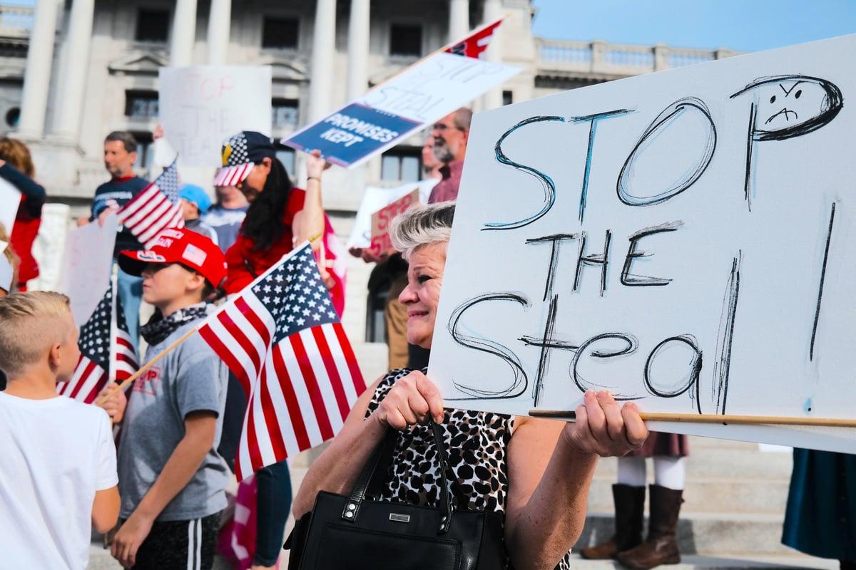 圖為2020年11月05日,特朗普總統的支持者在賓夕凡尼亞州府的台階上呼籲停止該州的選票統計。(Spencer Platt/Getty Images)