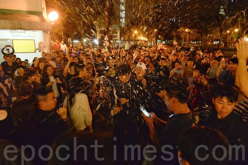 2019年11月24日,香港舉行區議會選舉,何君堯確定輸票,屯門民眾歡呼開香檳。(宋碧龍/大紀元)