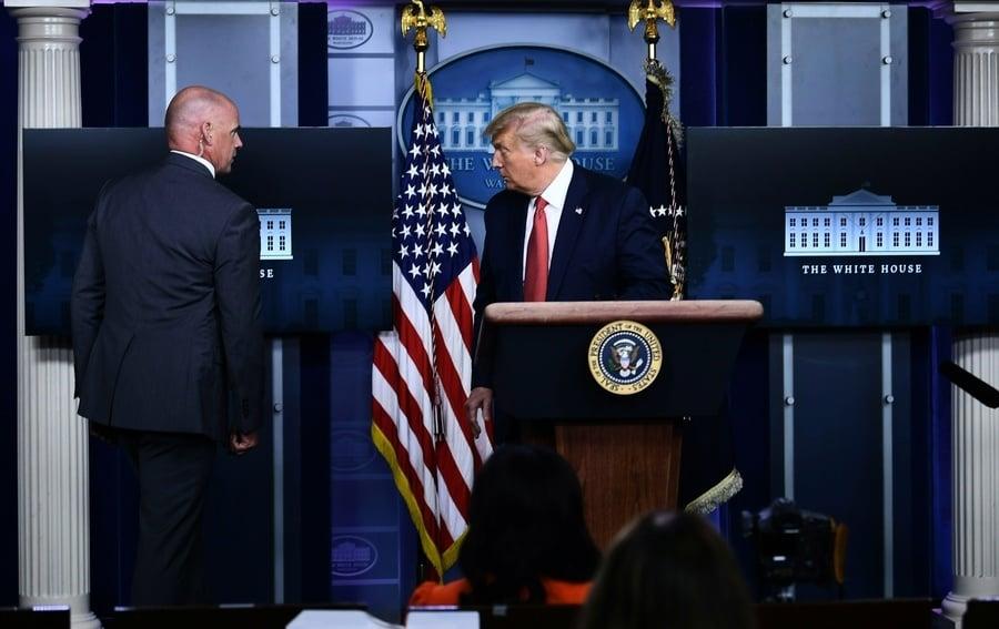 白宮外傳槍聲 特朗普短暫離開新聞會後返回