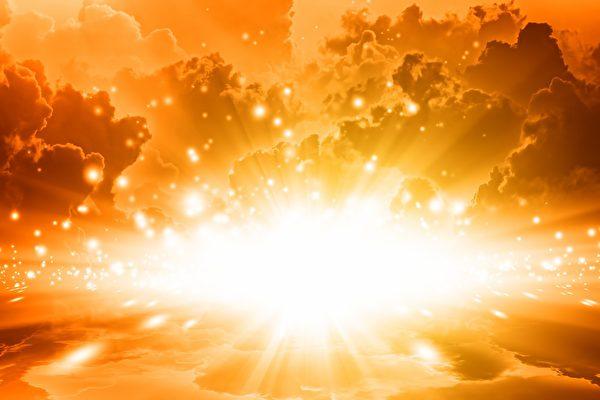美國已故預言家狄克遜說,在2020年,這個世界將上演善惡大決戰。圖為天空中散發出金色的光芒。(Fotolia)