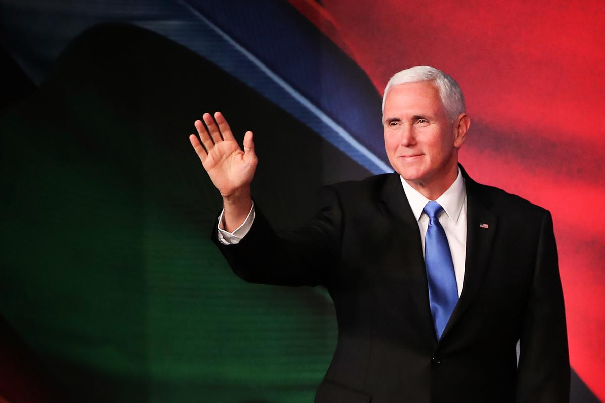美國副總統彭斯(Mike Pence)11月17日出席了APEC峰會,並和習近平在峰會上激烈交鋒。彭斯指出,在中共改變行為方式前,美國不會改變徵收關稅的政策。(FAZRY ISMAIL/AFP/Getty Images)