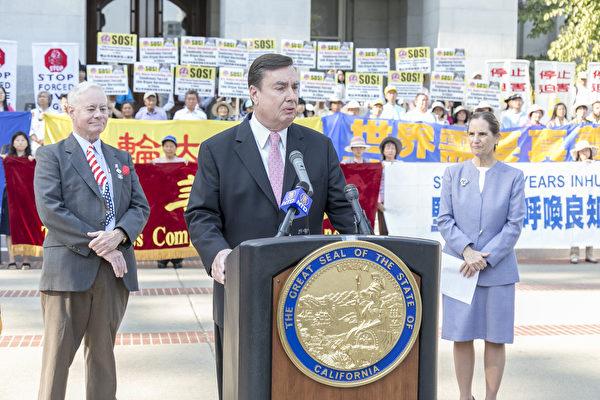 2017年,法輪功學員在加州政府大樓前,聲援加州州參議員安德森提出的SJR-10提案。SJR-10提案表彰法輪功學員18年和平理性反迫害,同時譴責中共活摘法輪功學員器官的罪行。(曹景哲/大紀元)