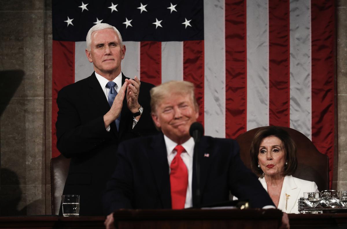 2020年2月4日,唐納德‧特朗普總統在位於華盛頓特區的美國國會大廈發表國情咨文。他身後分別為副總統邁克‧彭斯(Mike Pence,左)和眾議院議長南希‧佩洛西(Nancy Pelosi)。(LEAH MILLIS/POOL/AFP)