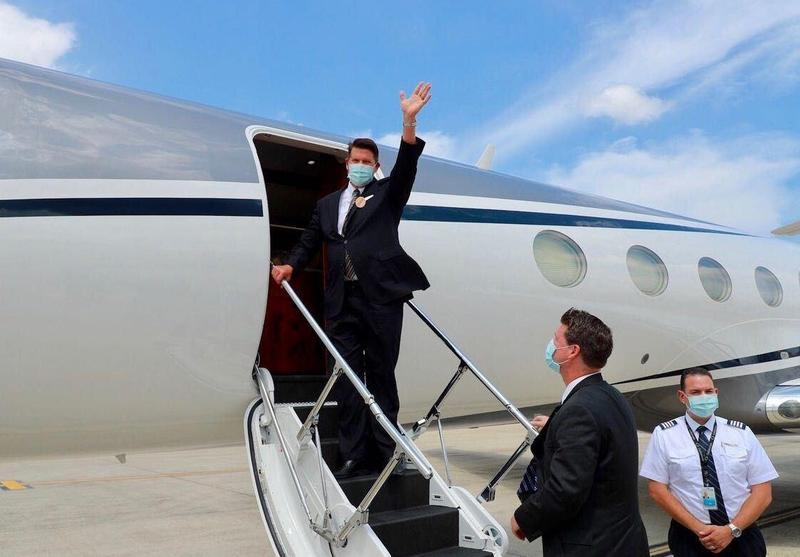美國國務院次卿克拉奇(左)9月19日下午搭乘美國專機離台前,揮手向送機人員致意。(外交部提供)