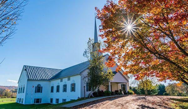 釓思說上帝給他一張票,讓他回來。圖是佛蒙特州秋天中的教堂。(pixabay)