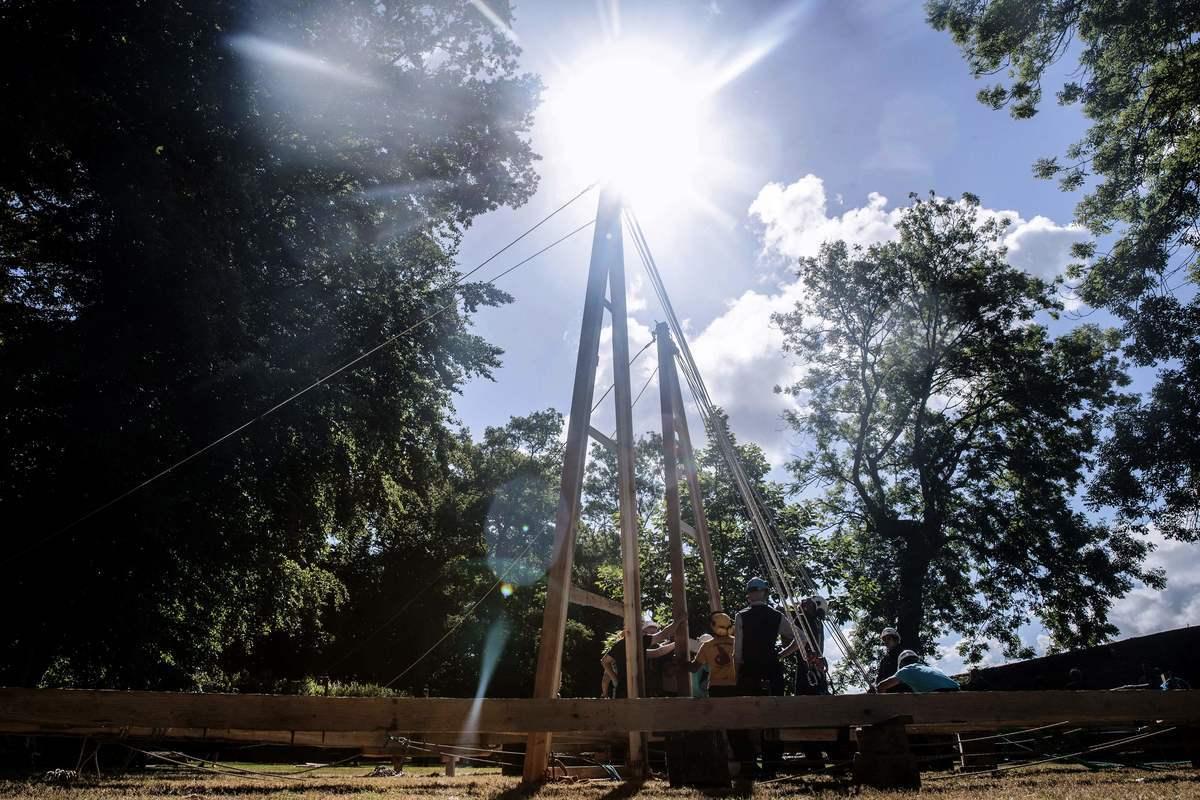 2020年7月7日,法國諾曼第埃曼努維爾(Ermenouville),「無國界木匠」(Charpentiers sans Frontiers)的成員架起了一部份框架,希望能重建巴黎聖母院大教堂屋頂的桁架。(SAMEER AL-DOUMY/AFP via Getty Images)