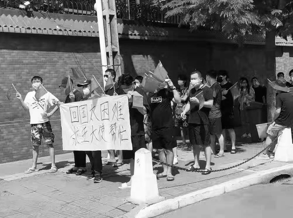 8月19日,中共駐柬埔寨金邊的使館門前聚集了約七八十名中國人,他們要求使館出面解決回國難的問題。(受訪者提供)