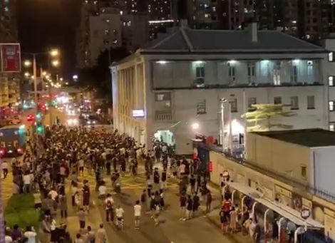 浸大學生會長方仲賢6日晚被捕後,深水埠警署一度被上千人包圍。(大紀元)