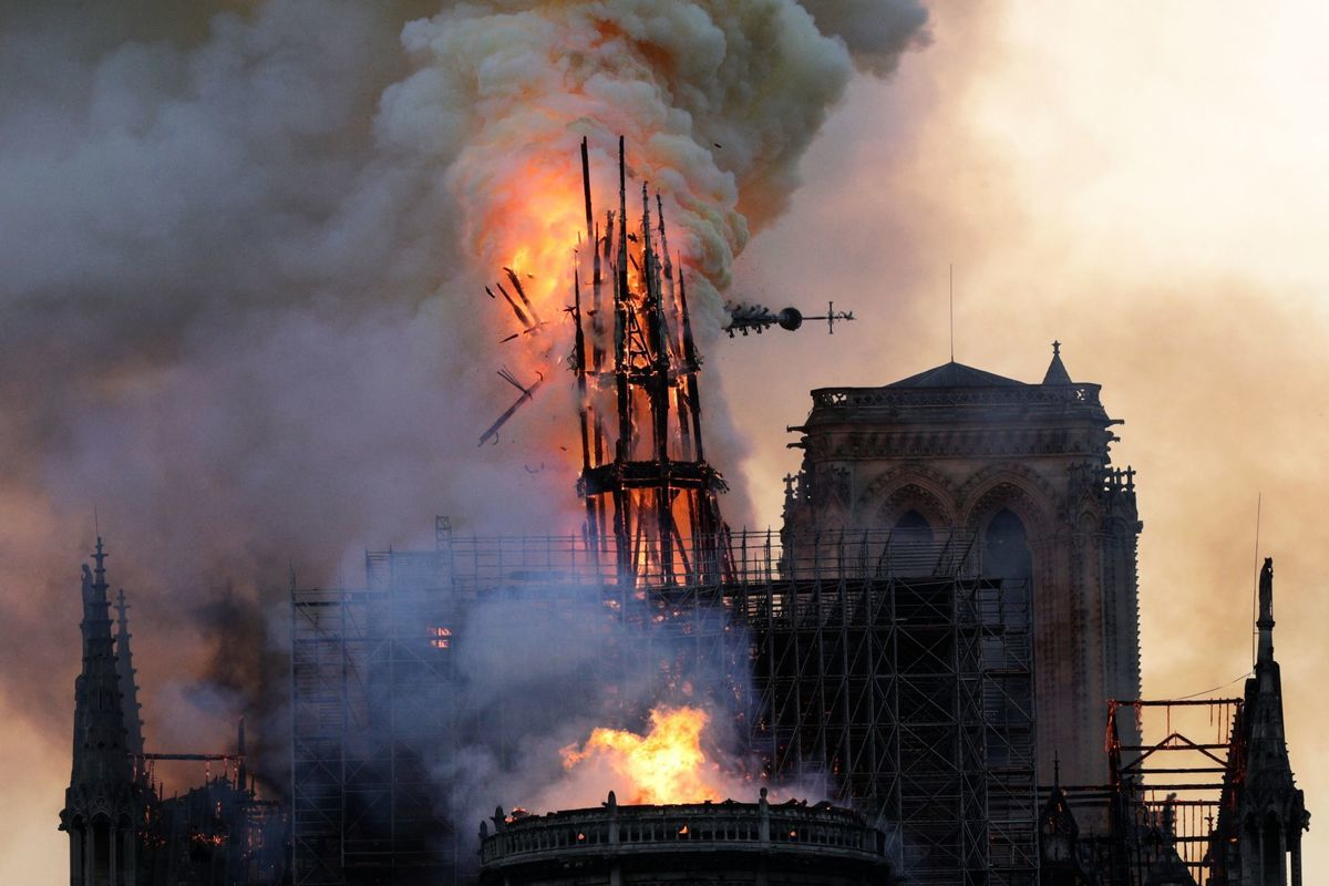 巴黎聖母院塔尖崩塌。 (GEOFFROY VAN DER HASSELT/AFP/Getty Images)