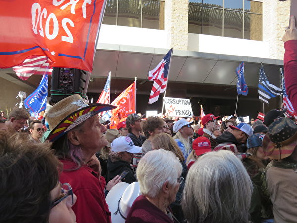 11月30日,上千民眾一早就聚集在亞利桑那州鳳凰城凱悅酒店外聲援特朗普律師團隊。(李梅/大紀元)