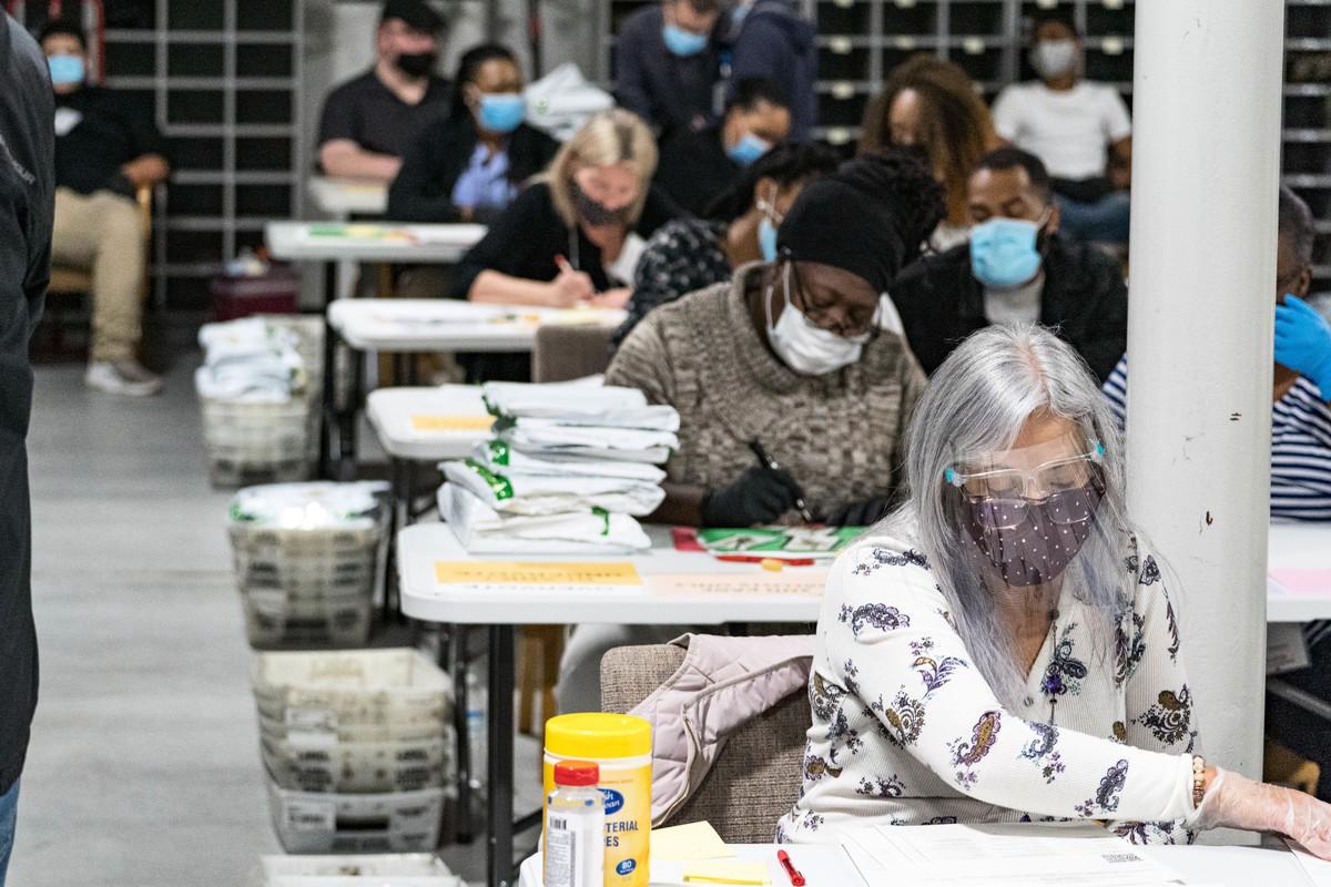 佐治亞州一位證人發現,一批嶄新的選票與眾不同,其中大約98%被標記為投給民主黨候選人拜登。圖為2020年11月16日,美國佐治亞州勞倫斯維爾(Lawrenceville),總統大選過後,格威內特縣(Gwinnett County)選舉工作人員重新點票。(Megan Varner/Getty Images)