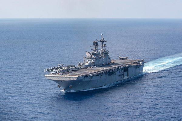 圖為2020年4月18日,美軍的「美利堅號」兩棲攻擊艦(USS America)航行於南海。(Jonathan Berlier/U.S. Navy)