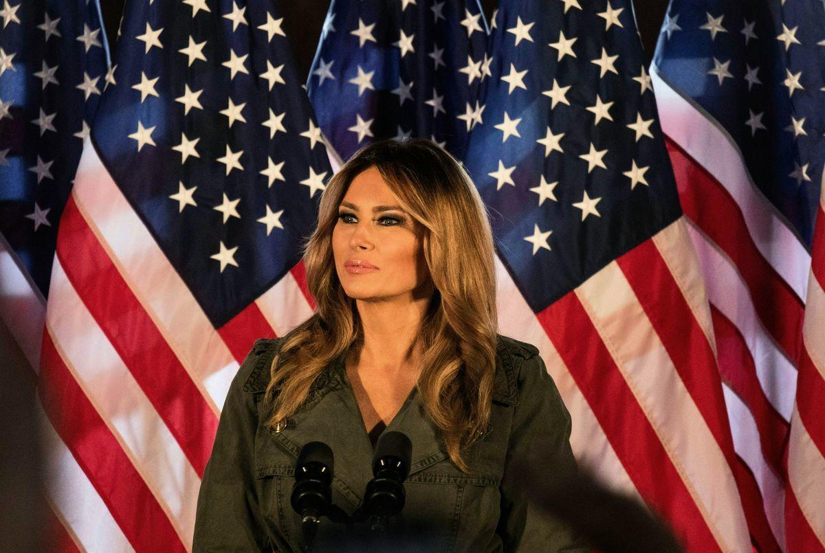 美國第一夫人梅拉尼婭(Melania Trump)10月27日出席賓州競選活動,在演說中,她批評了拜登的「社會主義議程」,也對病毒大流行受害者表達同情與支持。 (GABRIELLA AUDI/AFP via Getty Images)