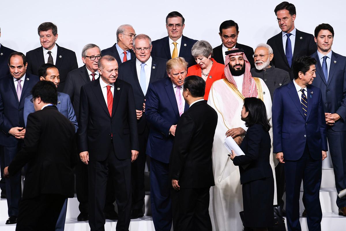 周六(6月29日)即將登場的習特會牽動全球神經,貿易戰何去何從,引發關注。圖為特朗普與習近平在G20峰會期間握手。(Brendan Smialowski / AFP)
