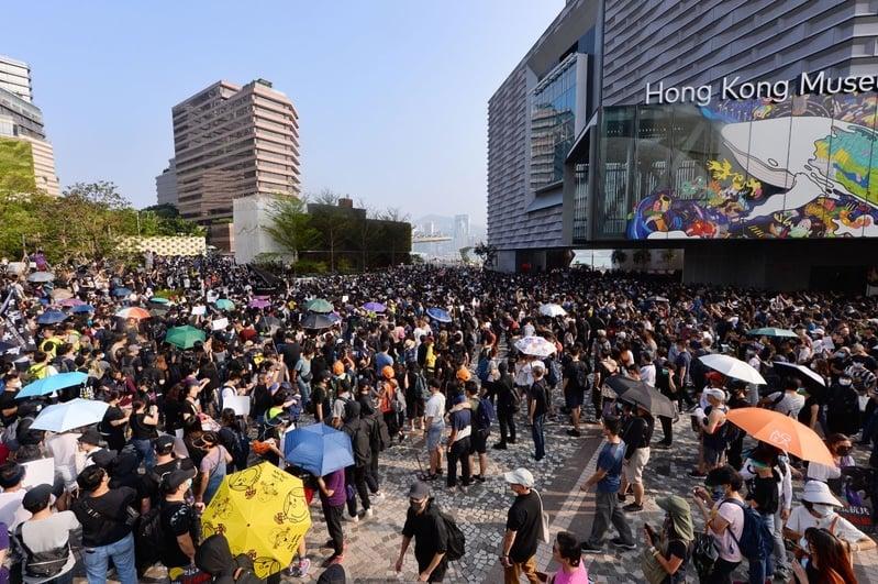 有專家表示,香港的特殊地位一旦失去,中國經濟惡化導致的結果中共將承擔不起。圖為2019年10月27日,香港民眾從梳士巴利花園遊行,追究警方使用暴力。(宋碧龍/大紀元)