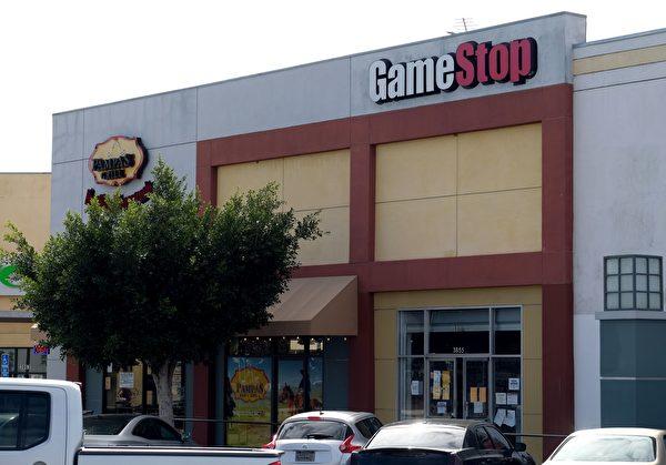 由Reddit平台的大量散戶股民牽頭買入GameStop股票,對抗 「做空」基金大佬。圖為加州卡爾費城一間店面上方的GameStop標誌牌。(CHRIS DELMAS/AFP via Getty Images)